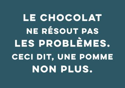 Carte postale Particules - Le chocolat ne résout pas les problèmes ceci dit, une pomme non plus.