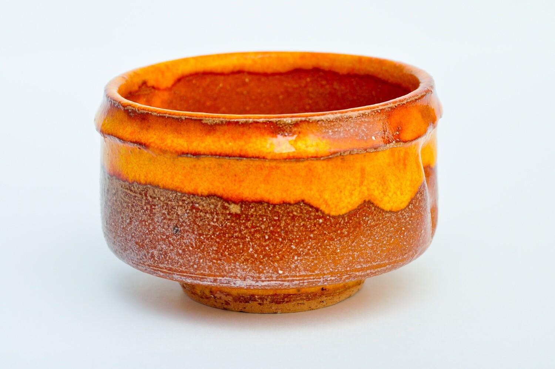 Tasse de poterie japonaise traditionnelle orange