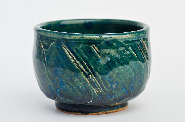 Coupe de poterie verte et bleue