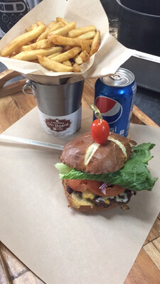 Angus Beef Burger with Fries / 安格斯牛肉汉堡配薯条