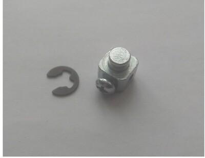 Зажим троса газа на двигателе с стопорным кольцом.