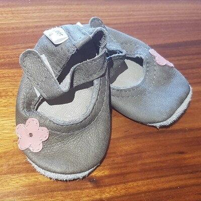 Grey Leather pump with Pink Flower