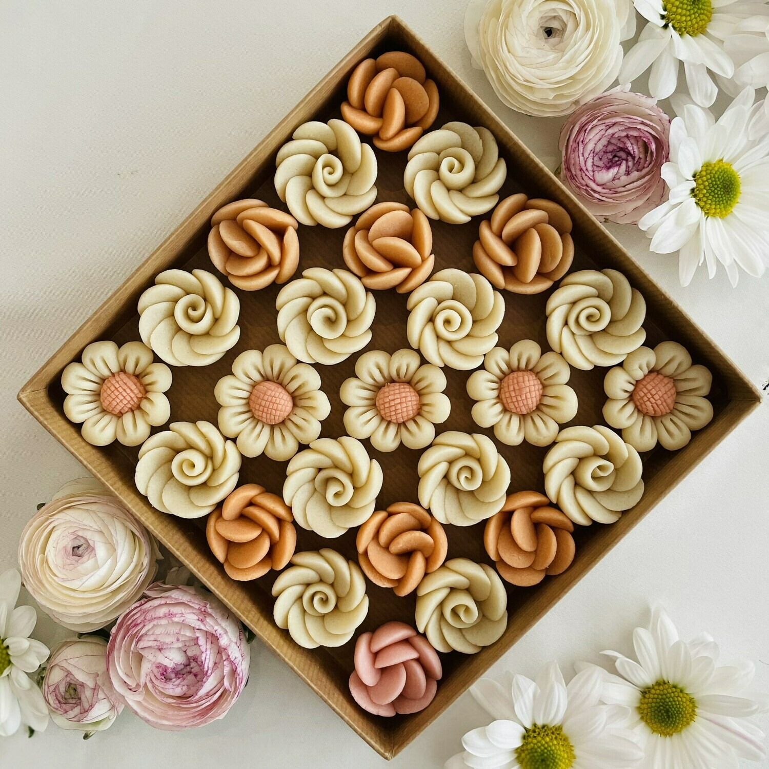 Marzipan Handcrafted Flowers and Daisies (Box) - Le Marzipan de Zouk
