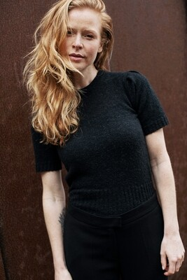 FITTED TOP PUFF SLEEVES IN BLACK