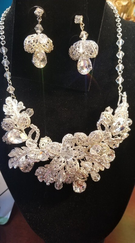 En Vogue Silver crystal necklace set