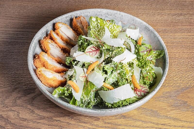 Салат кейл-романо, цыпленок и соус Цезарь (250 гр)