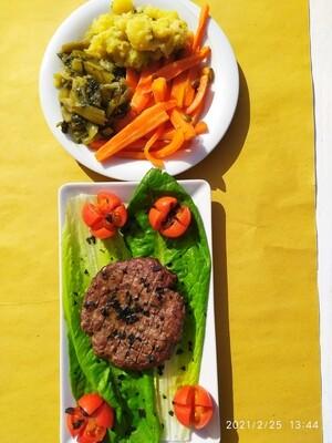 Hamburger al piatto con patatine o verdurine