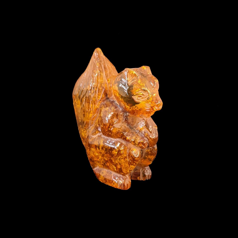 Wiewiórka z bursztynu bałtyckiego