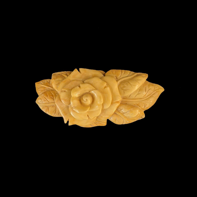 Kwiat z liśćmi z bursztynu bałtyckiego