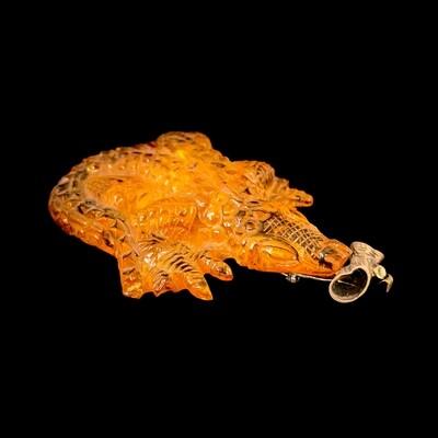 Krokodyl (broszo-wisior) z bursztynu bałtyckiego
