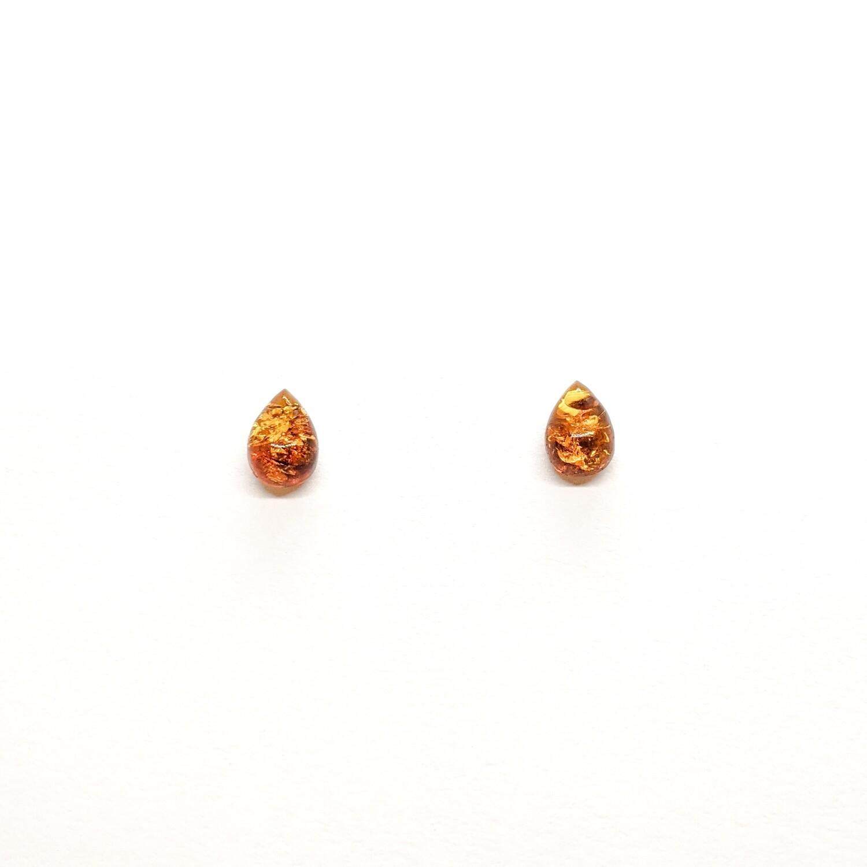 Złote kolczyki krople z bursztynu
