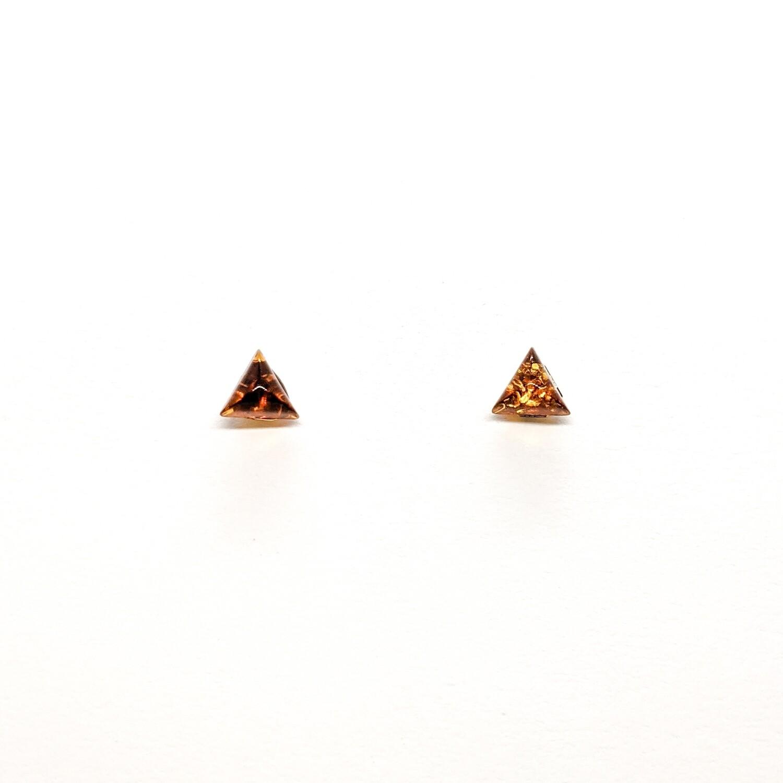 Złote kolczyki trójkąty z bursztynu
