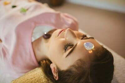 CRYSTAL HEALING OR REIKI THERAPY TREATMENT