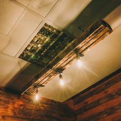 Люстра в стиле лофт  из состаренного и обожённого дерева с тремя лампами