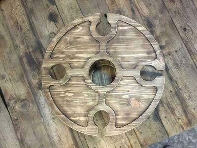 Винный столик из дерева c отверстием под бутылку в центре и подстольем