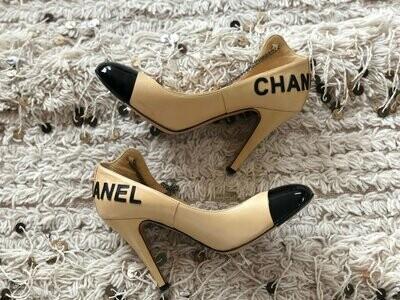 Vintage CHANEL Letters and CC Logo Beige Black Cap Toe Heels Pumps with Chain detail eu 37.5 us 7 - 7.5 - Super RARE!!