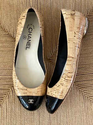 CHANEL CC LOGO CORK AND BLACK PATENT LEATHER BALLET FLATS 37 / 6 - 6.5