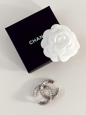 CHANEL CC RHINESTONE CRYSTAL PIN BROOCH 2019 WITH TAGS AND BOX