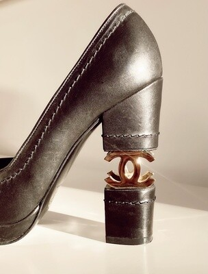 CHANEL ICONIC GOLD CC BLACK LEATHER HEELS PUMPS 39