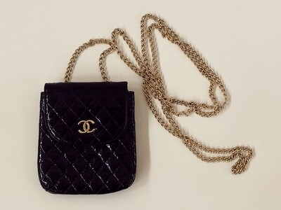VINTAGE CHANEL CC LOGO QUILTED PATENT LEATHER MINI FLAP GOLD CHAIN CROSSBODY BAG