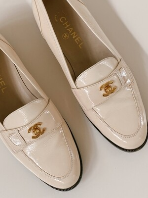 CHANEL CC GOLD TURN-LOCK CREAM PATENT LEATHER LOAFERS IT 40
