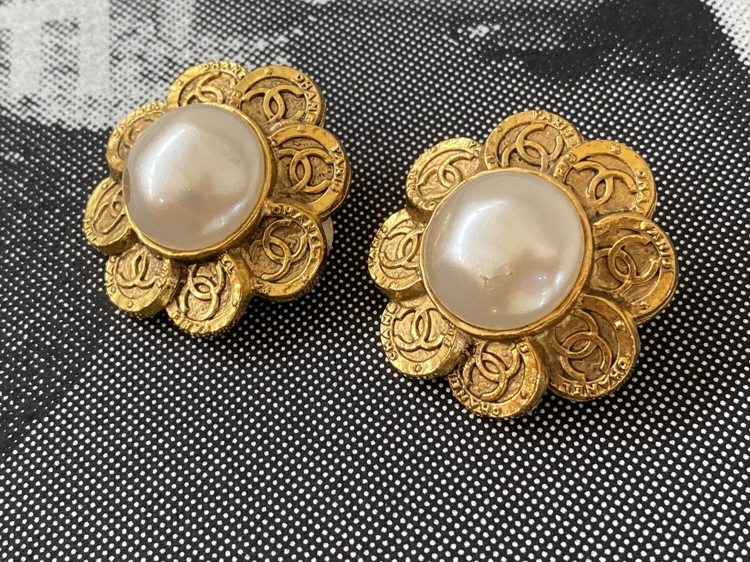 CHANEL VINTAGE CC LOGOS FLOWER PETAL COIN GOLD PEARL CLIP ON EARRINGS