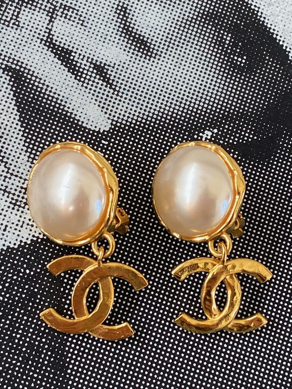 CHANEL VINTAGE 1994 CC LOGO GOLD PEARL DANGLE CLIP ON EARRINGS