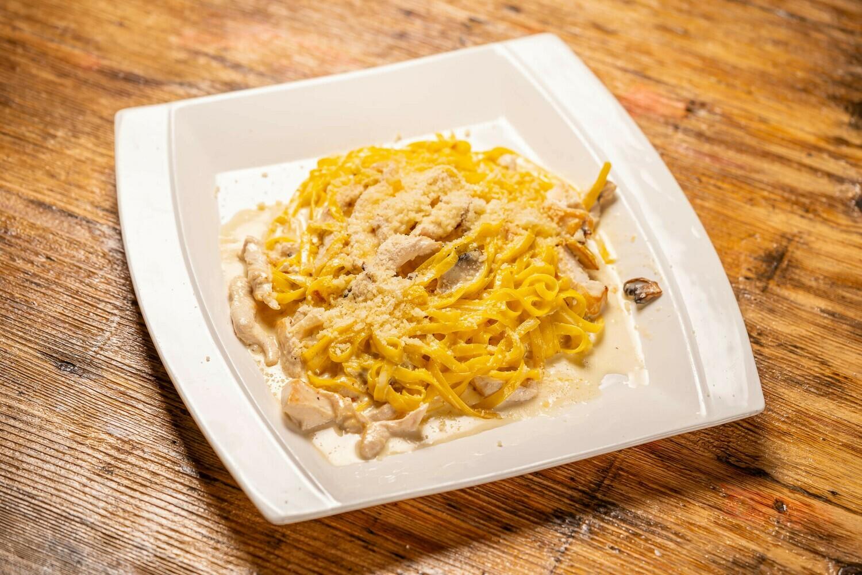 Tagliatelle cu ciuperci, pui și sos de parmezan