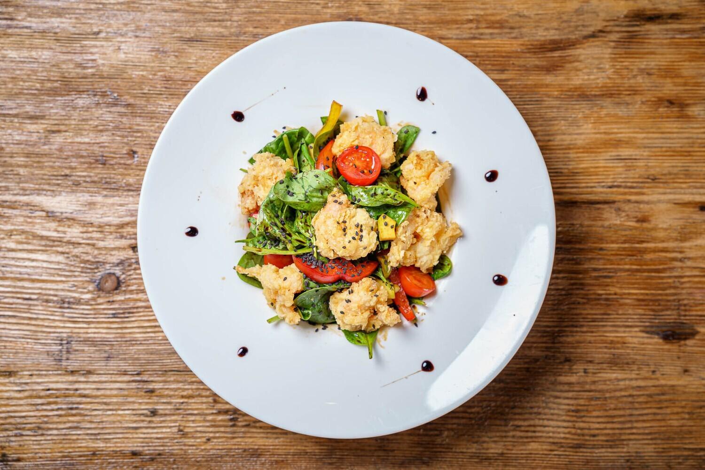 Salată cu creveți tempura