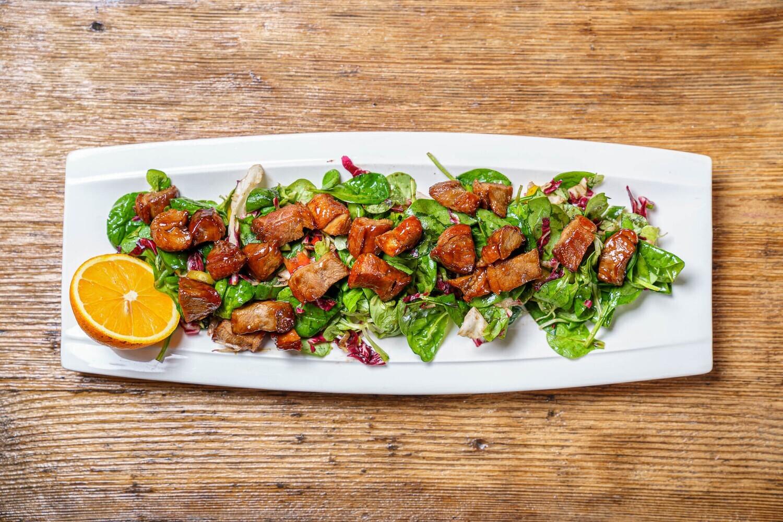 Rață pe pat de salată