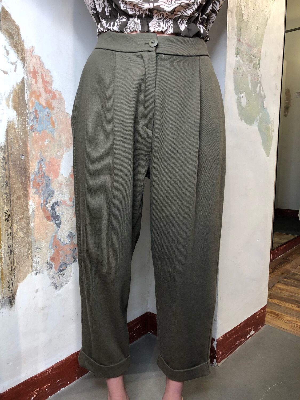 Pantaloni con pence e risvolto