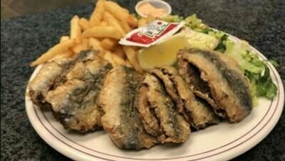 Assiette de sardines frites à la méditerranéenne / Fried Sardines Mediterranean Style Plate