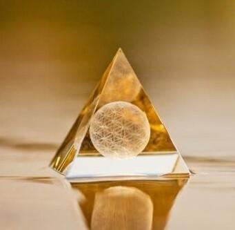 Pyramide en cristal fleur de vie 10 cm
