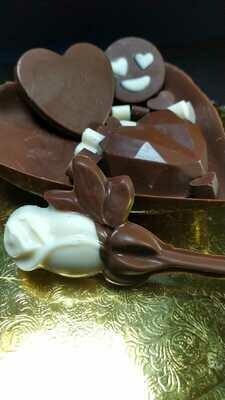 Medio Corazón de Chocolate con Mega Bombones y Rosa.