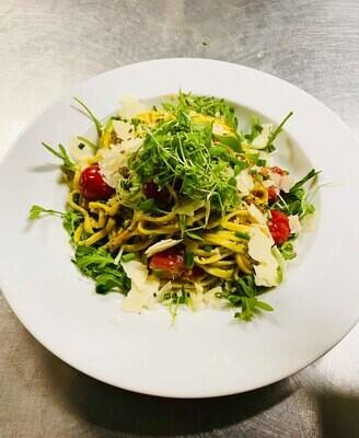 Tagliatelle in sommerlicher Zitronenrahmsauce mit Tomaten, Schnittlauch und Parmesan
