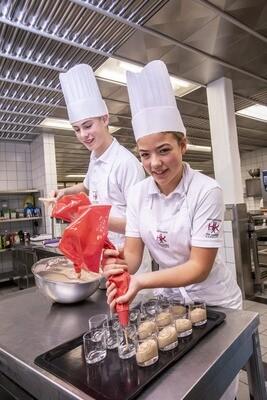 Witte keukenschort met schoollogo