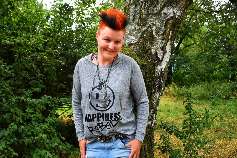 13. HAPPINESS REBEL - Women`s Wellness Kaputzenpulli