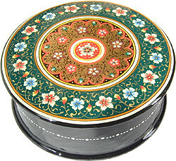 Green and golden lacquer jewelry box