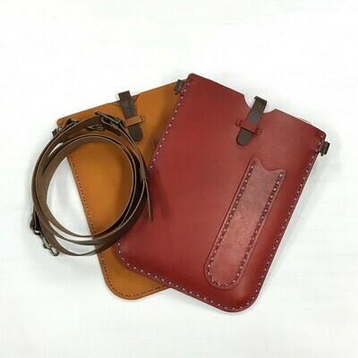 iPad mini用の手縫いの革ケース(サコッシュ)