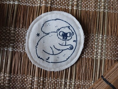 Broche artisanale - ani'cute Lémurien à front blanc / White fronted lemur
