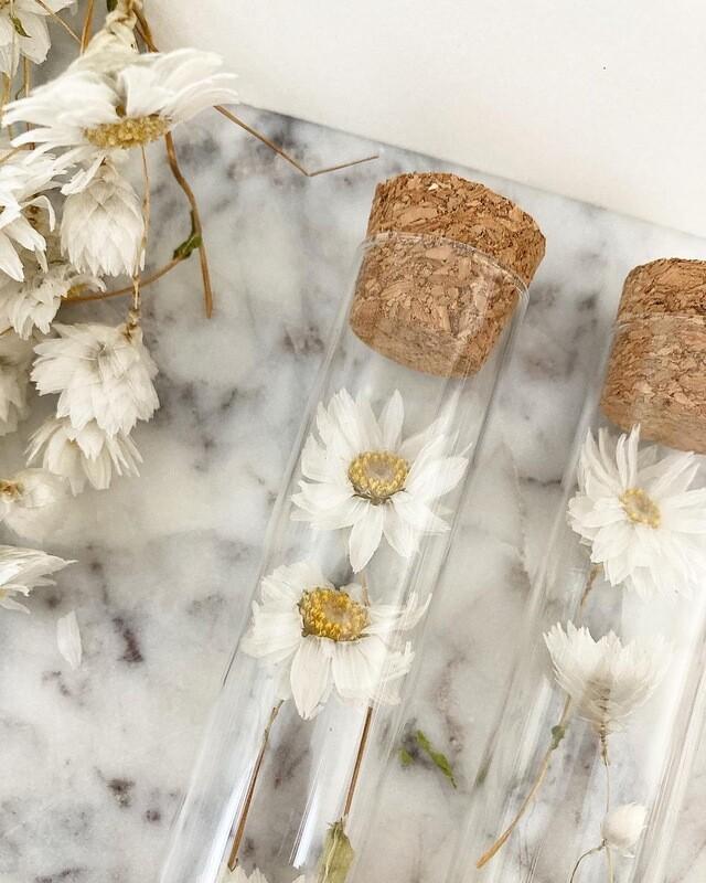Proefbuisje met gedroogde bloemen