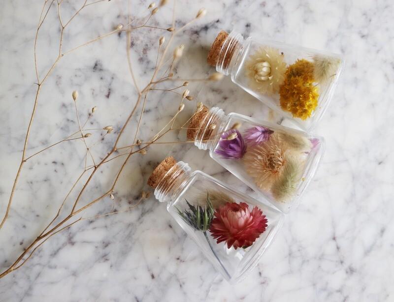 Glazen flesje met droogbloemen