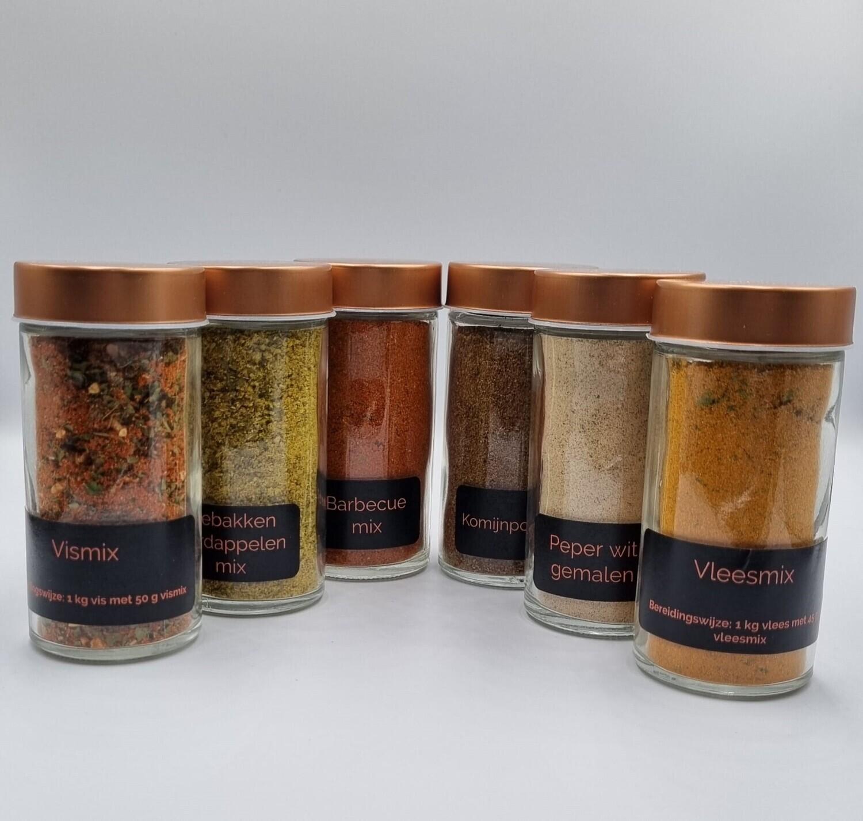 6 gevulde, bestickerde kruidenpotjes met strooideksel