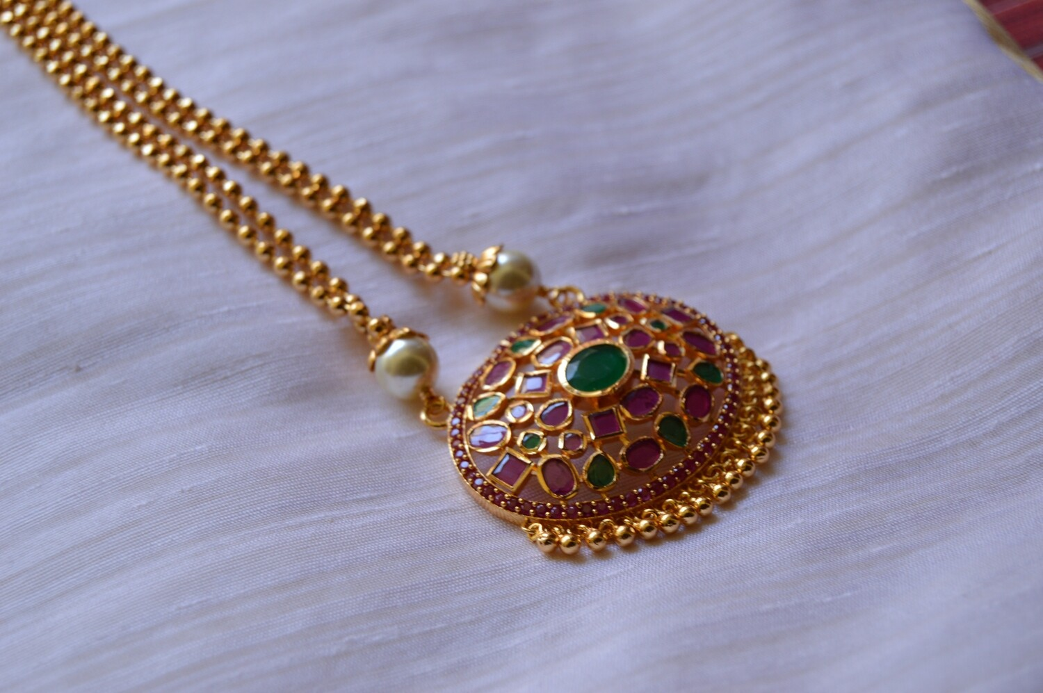 RED AND GREEN STONES OVAL PENDANT NECKLACE