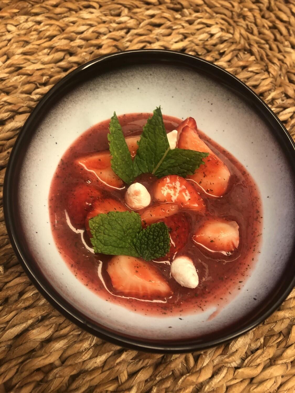 Soepje van verse aardbeien met munt