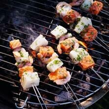 Visbrochette met roerbak van soya, zeekraal en tomatenkaviaar met sausje van witte wijn en tuinkruiden