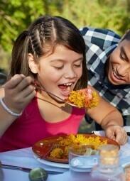 Paella 'Kids' met balletjes, kip en tomatensaus'