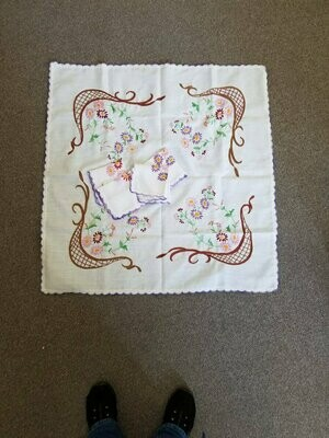 Tablecloth with 4 Napkins, Vintage, Embroidered Tea Set 1-840