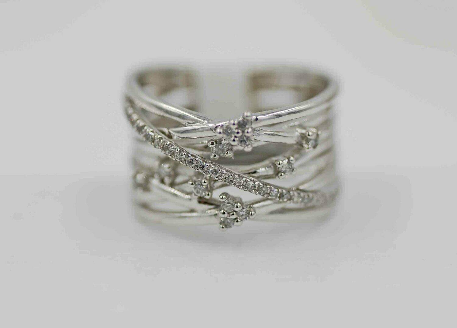 10k wg. .25cttw diamond multi band ring