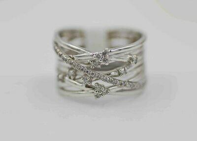10k wg. .25cttw diamond multi band ring